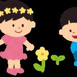 お花を見ている男の子と女の子